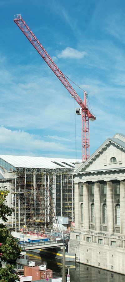 Baustelle mit Kran auf der Berliner Museumsinsel
