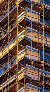 Detailaufnahme eines Neubaus mit Baugerüst