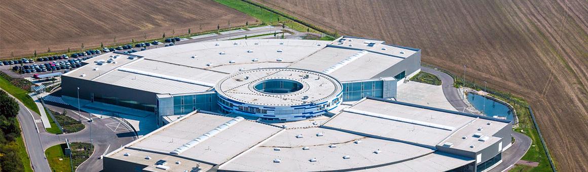 Luftaufnahme eines modernen kreisförmigen Gebäudes