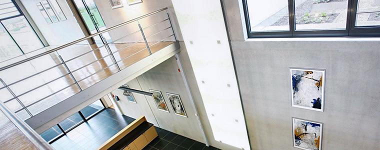 Blick von der Galerie in die Lobby eines modernen Neubaus